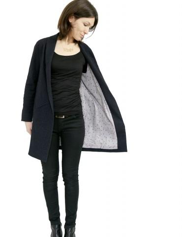 patron de couture Manteau France Duval Stalla réalisé dans un lainage fin bleu marine de la même marque, vue de face manteau ouvert
