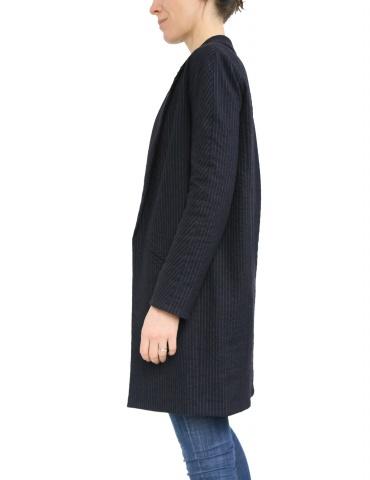 patron de couture Manteau France Duval Stalla réalisé dans un lainage fin bleu marine de la même marque, vue de profil