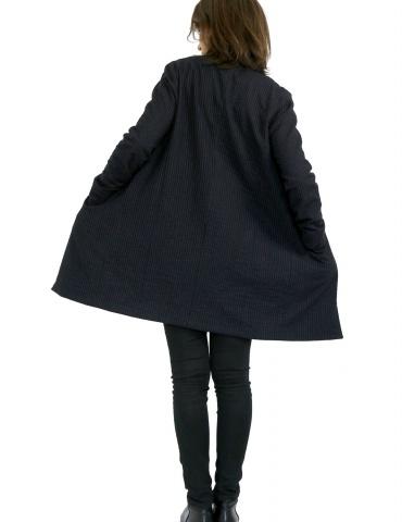 patron de couture Manteau France Duval Stalla réalisé dans un lainage fin bleu marine de la même marque, vue de dos