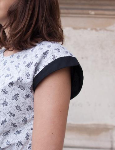 patron de couture Robe Tokyo réalisée dans un tissu noir & blanc avec empiècements épaule noirs, focus sur l'épaule