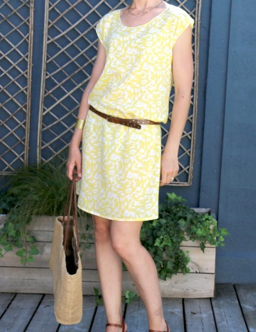 patron de couture Robe Tokyo réalisée dans le tissu abstract jaune de chez Atelier Brunette, autre vue de face en pied
