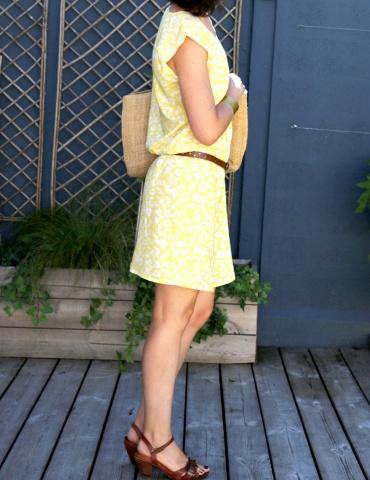 patron de couture Robe Tokyo réalisée dans le tissu abstract jaune de chez Atelier Brunette, vue de profil droit