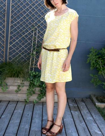 patron de couture Robe Tokyo réalisée dans le tissu abstract jaune de chez Atelier Brunette, vue de 3/4