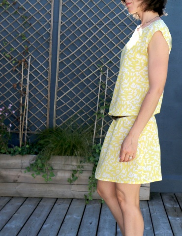 patron de couture Robe Tokyo réalisée dans le tissu abstract jaune de chez Atelier Brunette, vue de profil gauche