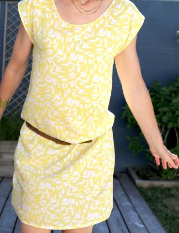 patron de couture Robe Tokyo réalisée dans le tissu abstract jaune de chez Atelier Brunette, vue de face rapprochée