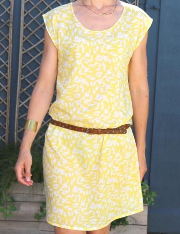 patron de couture Robe Tokyo réalisée dans le tissu abstract jaune de chez Atelier Brunette, vue de face portrait américain