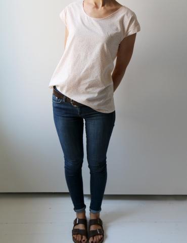 patron de couture Blouse Tokyo réalisée dans un tissu rose nude de chez Atelier Brunette, vue en pied déhanchée