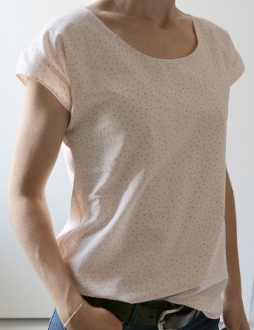 patron de couture Blouse Tokyo réalisée dans un tissu rose nude de chez Atelier Brunette, vue de 3/4 portrait américain