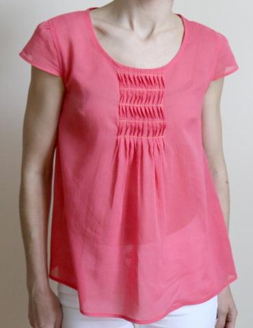 patron de couture Blouse Barcelona réalisée dans un tissu crépon rose de chez France Duval Stalla, vue de face portrait américain