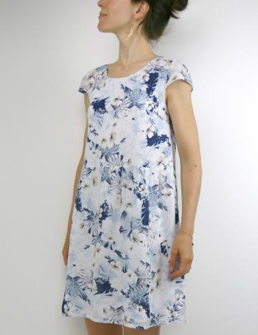 patron de couture Barcelona en version robe, réalisé dans un tissu fleuri dans les tons bleus, vue de 3/4