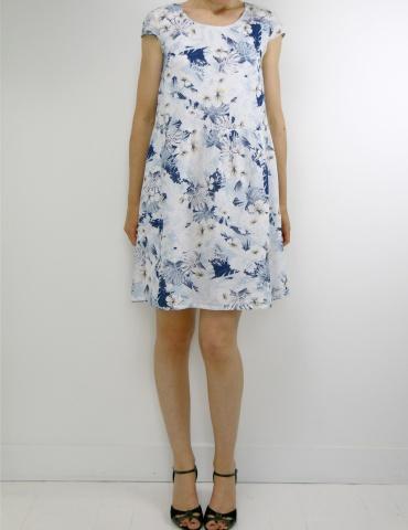 patron de couture Barcelona en version robe, réalisé dans un tissu fleuri dans les tons bleus, vue de face en pied