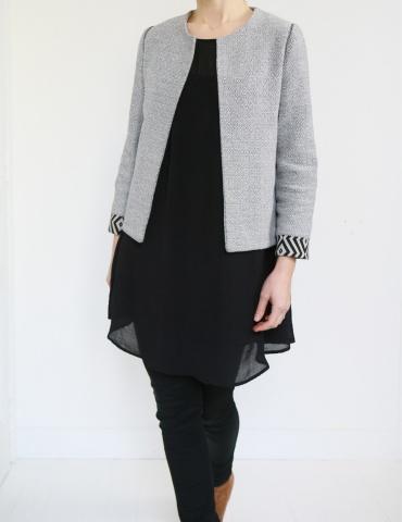 patron de couture Veste Claudie réalisée sans clo Claudine dans un jacquard noir et blanc avec poignets contrastants, vue de face 3/4