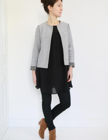 patron de couture Veste Claudie réalisée sans clo Claudine dans un jacquard noir et blanc avec poignets contrastants, vue de face en pied