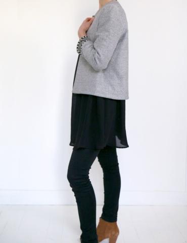 patron de couture Veste Claudie réalisée sans clo Claudine dans un jacquard noir et blanc avec poignets contrastants, vue de profil en pied