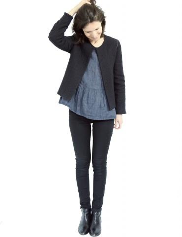 patron de couture Veste Claudie réalisée sans col Claudine dans un lainage noir, vue de face en pied