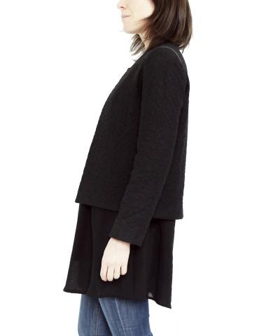 patron de couture Veste Claudie réalisée sans col Claudine dans un lainage noir, vue de profil
