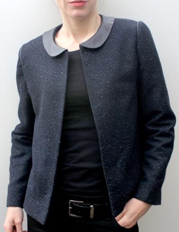 Veste Claudie réalisée dans un tissu natté dans les tons bleus, avec col claudine en cuir marron, vue de face portrait américain
