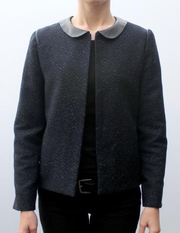 patron de couture Veste Claudie réalisée dans un tissu natté dans les tons bleus, avec col claudine en cuir marron, vue de face