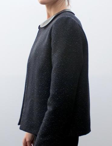 patron de couture Veste Claudie réalisée dans un tissu natté dans les tons bleus, avec col claudine en cuir marron, vue de profil