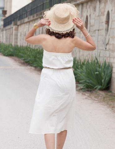 patron de couture Robe bustier Coconut réalisée dans un plumetis blanc de chez Cousette, vue de dos chapeau de paille sur la tête