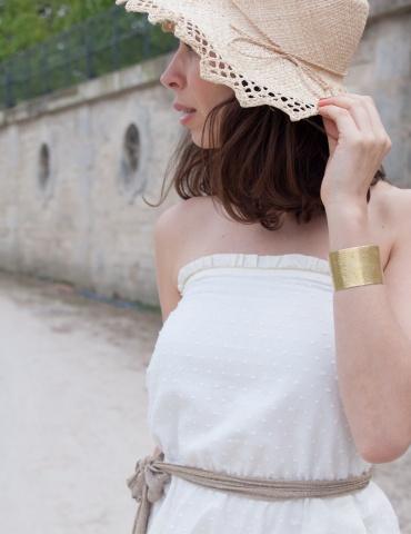 patron de couture Robe bustier Coconut réalisée dans un plumetis blanc de chez Cousette, vue de profil portrait américain