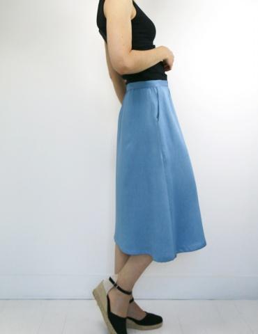 patron de couture Coconut version jupe midi réalisée dans un tencel jean Little Fabrics, vue de profil