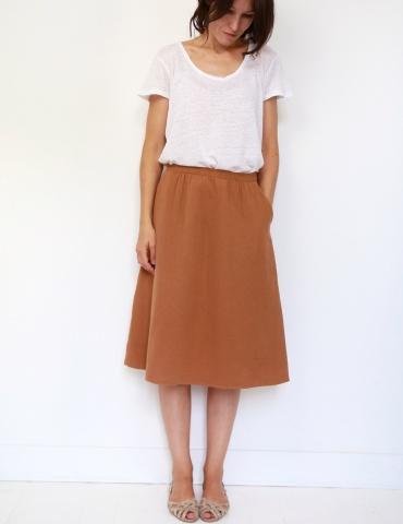 patron de couture Coconut version jupe midi réalisée dans une double gaze France Duval Stalla caramel, vue de face en pied