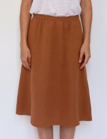 patron de couture Coconut version jupe midi réalisée dans une double gaze France Duval Stalla caramel, vue de face focus jupe