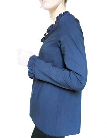 Blouse Bohème réalisée dans un élégant tissu bleu nuit France Duval Stalla, vue de face portrait américain