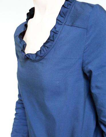 patron de couture Blouse Bohème réalisée dans un élégant tissu bleu nuit France Duval Stalla, vue de 3/4 focus sur l'encolure