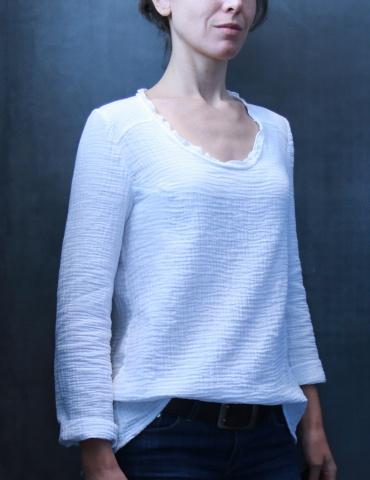 patron de couture Blouse Bohème réalisée dans une double gaze blanche France Duval Stalla, vue de 3/4 face portrait américain