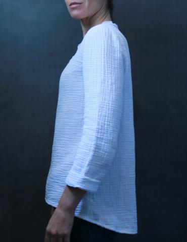 patron de couture Blouse Bohème réalisée dans une double gaze blanche France Duval Stalla, vue de profil