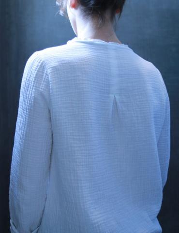 patron de couture Blouse Bohème réalisée dans une double gaze blanche France Duval Stalla, vue de dos