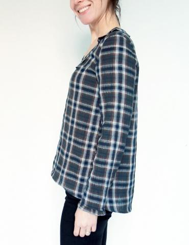patron de couture Blouse Bohème réalisée dans une double gaze motif tartan France Duval Stalla, vue de profil portrait américain