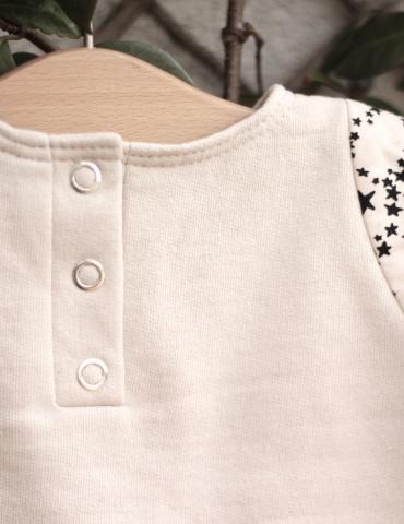 patron de couture Sweat Scammit réalisé dans un molleton beige, empiècements épaule noir et beige, focus sur la patte de boutonnage au dos