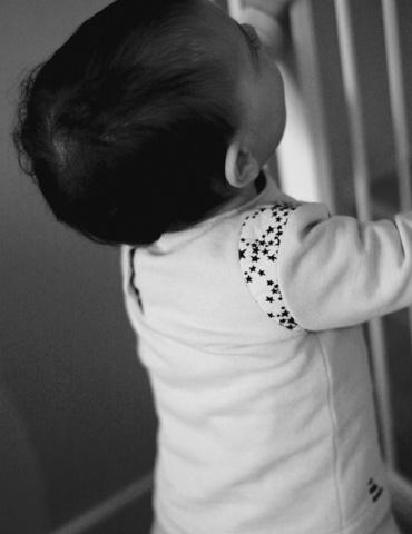 patron de couture Sweat Scammit réalisé dans un molleton beige, empiècements épaule noir et beige, vue de 3/4 porté par un enfant de 2 ans