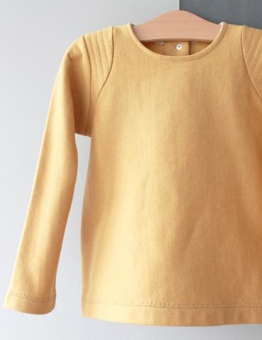 patron de couture Sweat Scammit réalisé dans un molleton moutarde, empiècements épaule dans le même tissu surpiqué, sweat vu de face sur ceintre