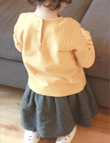 patron de couture Sweat Scammit réalisé dans un molleton moutarde, empiècements épaule dans le même tissu surpiqué, vue de dos porté
