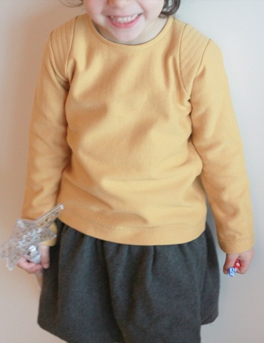 patron de couture Sweat Scammit réalisé dans un molleton moutarde, empiècements épaule dans le même tissu surpiqué, vue de face porté