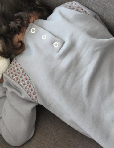patron de couture Sweat Scammit réalisé dans un molleton gris-bleu, empiècements épaule dans un tissu à motifs bleu-gris et bordeaux, vue de dos