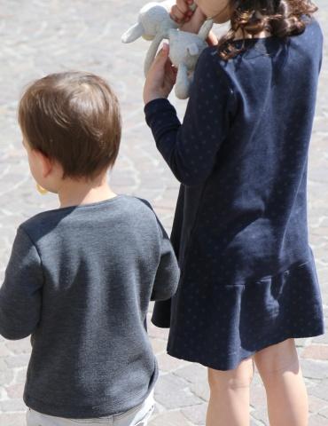 patron de couture Duo de T-shirt James l'un porté par un garçon et l'autre en version robe porté par une fille