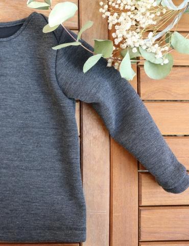 patron de couture T-shirt James réalisé dans un jersey gris chiné, vue à plat