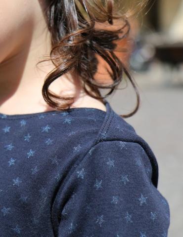 patron de couture James en version robe réalisé dans un jersey bleu marine à étoiles, focus sur l'épaule