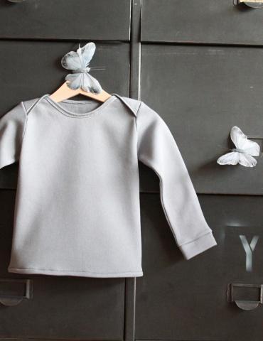 patron de couture T-shirt James réalisé dans un molleton bleu-gris, vue de face sur cintre