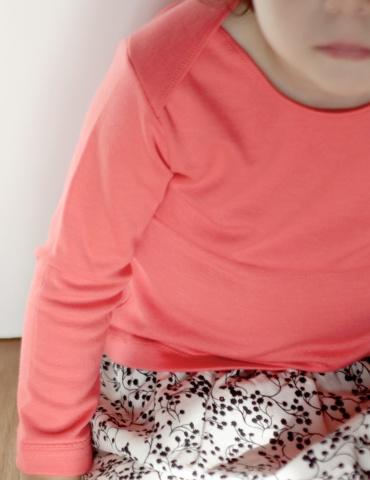 patron de couture T-shirt James réalisé dans un jersey rose corail, vue de face porté