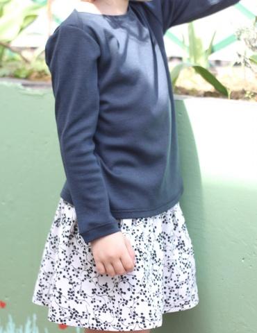 patron de couture T-shirt James réalisé dans un jersey bleu marine, vue de 3/4