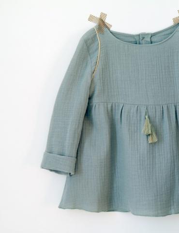 patron de couture Blouse Bouton d'or manches longues réalisée dans une double gaze vert clair France Duval Stalla
