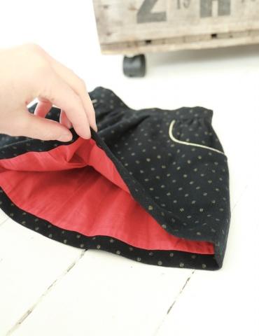 patron de couture Jupe Froncette réalisée dans lainage gris à pois dorés France Duval Stalla, vue à plat de l'intérieur en batiste rouge
