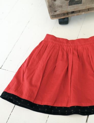 patron de couture Jupe Froncette réalisée dans lainage gris à pois dorés France Duval Stalla et une doublure rouge, vue à plat côté rouge