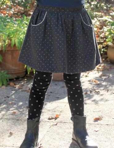 patron de couture Jupe Froncette réalisée dans lainage gris à pois dorés France Duval Stalla, vue de face portée